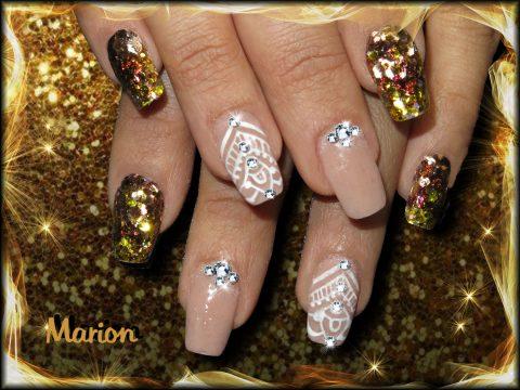 manucure faux ongles paillettes dorées, nail art blanc