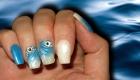 pose d'ongle en résine bleue et blanche effet licorne