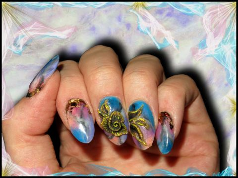 pose d'ongle en résine marbrée rose bleu violet doré 3d